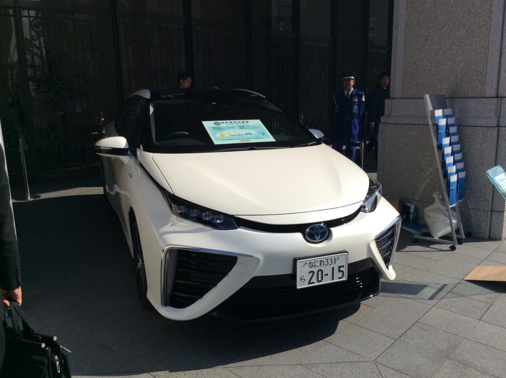 水素自動車 ミライを本町で発見!